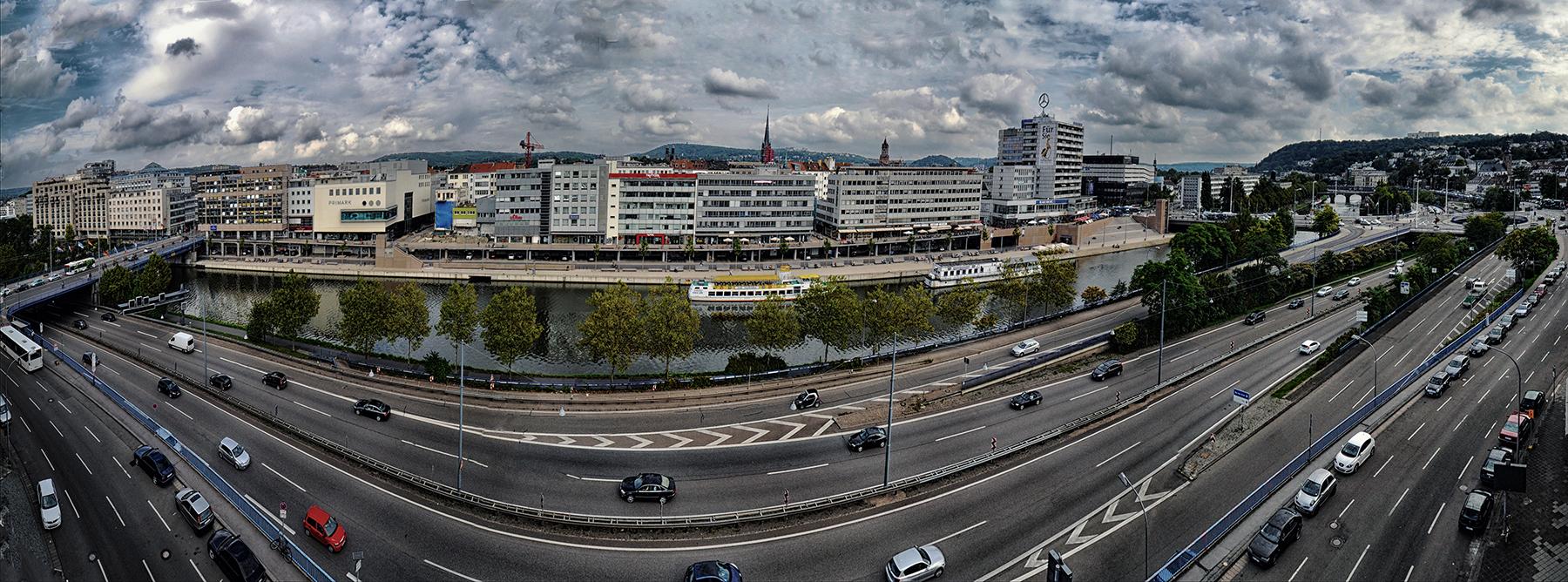 Stadt an der Autobahn